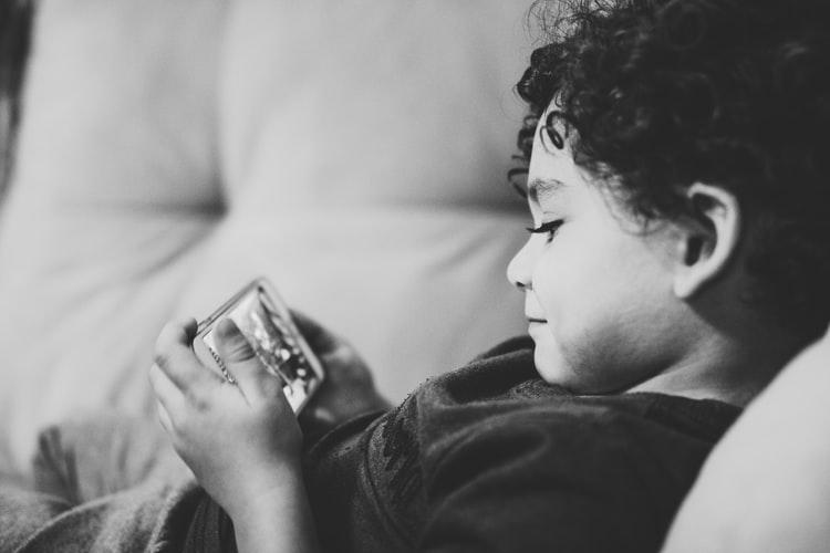 Enfant avec un portable
